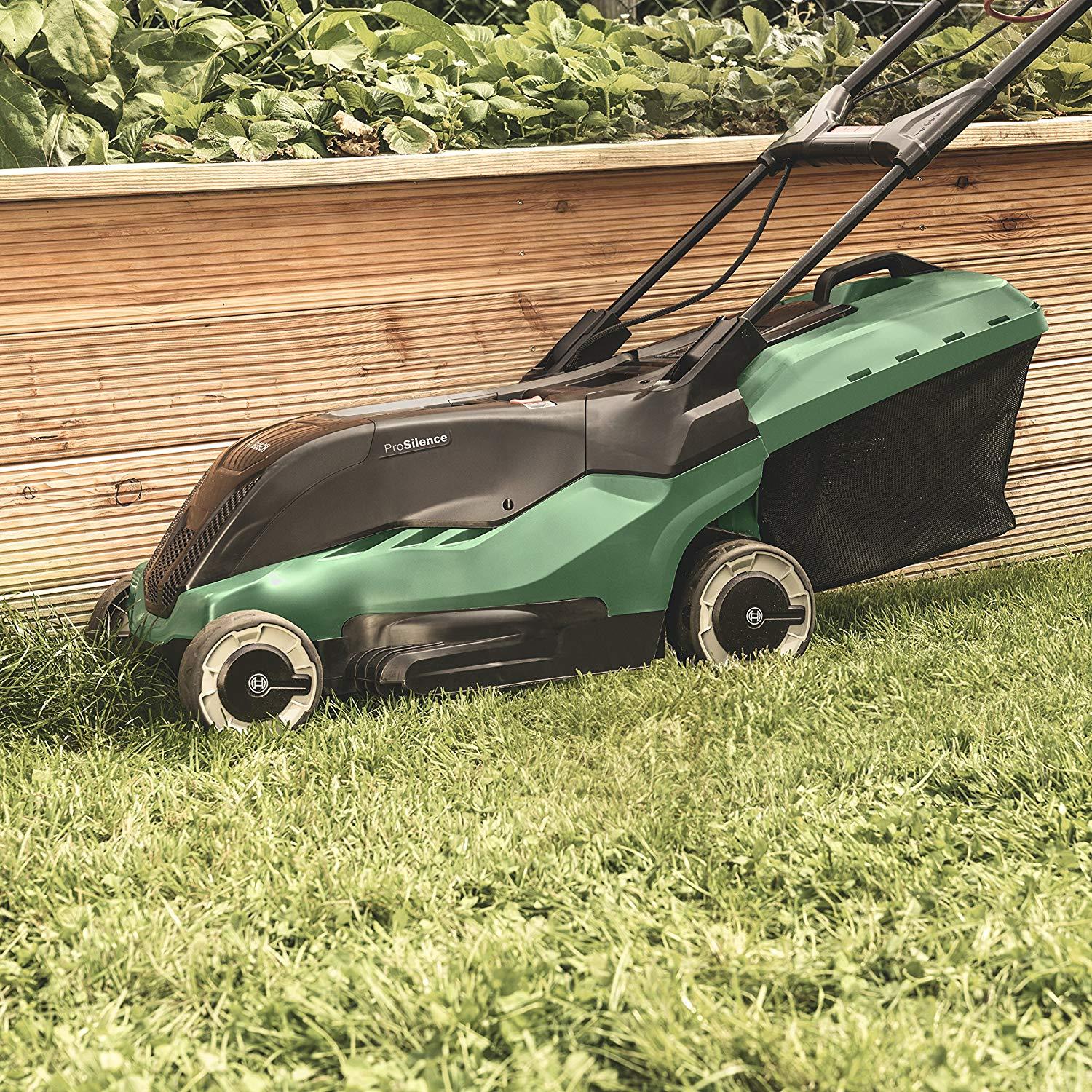 Bosch AdvancedRotak 650 cuts close to edge of grass